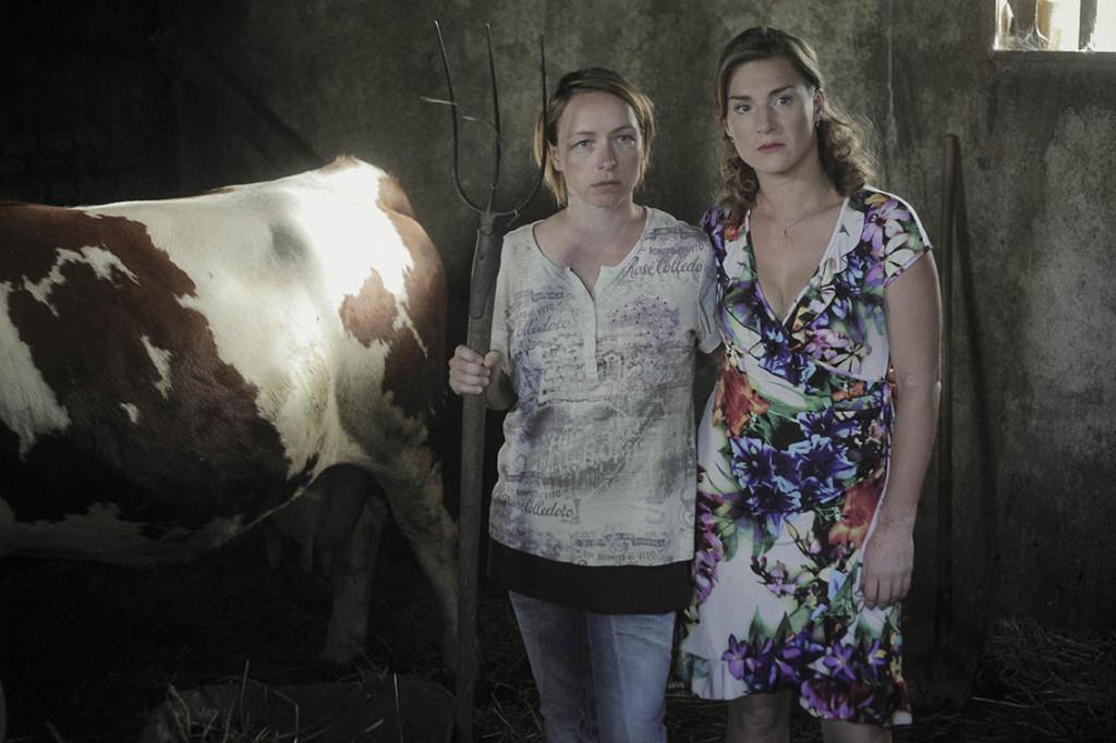 Tatiana Vilhelmová a Lenka Krobotová ve filmu Díra uHanušovic