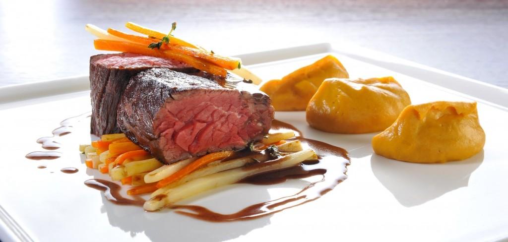 Grilovaný hovězí Rib eye steak, pyré zkořenové zeleniny