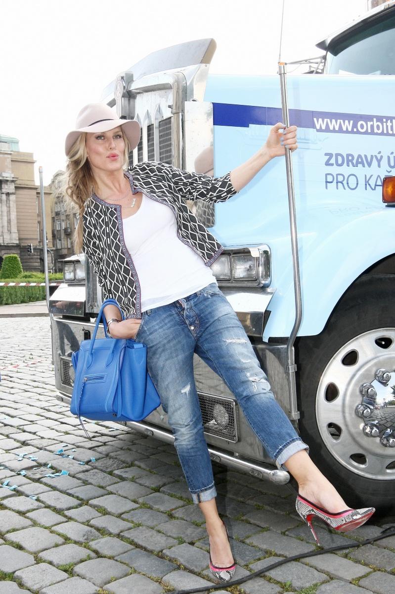 Známá modelka vcentru Prahy pokřtila kamion.