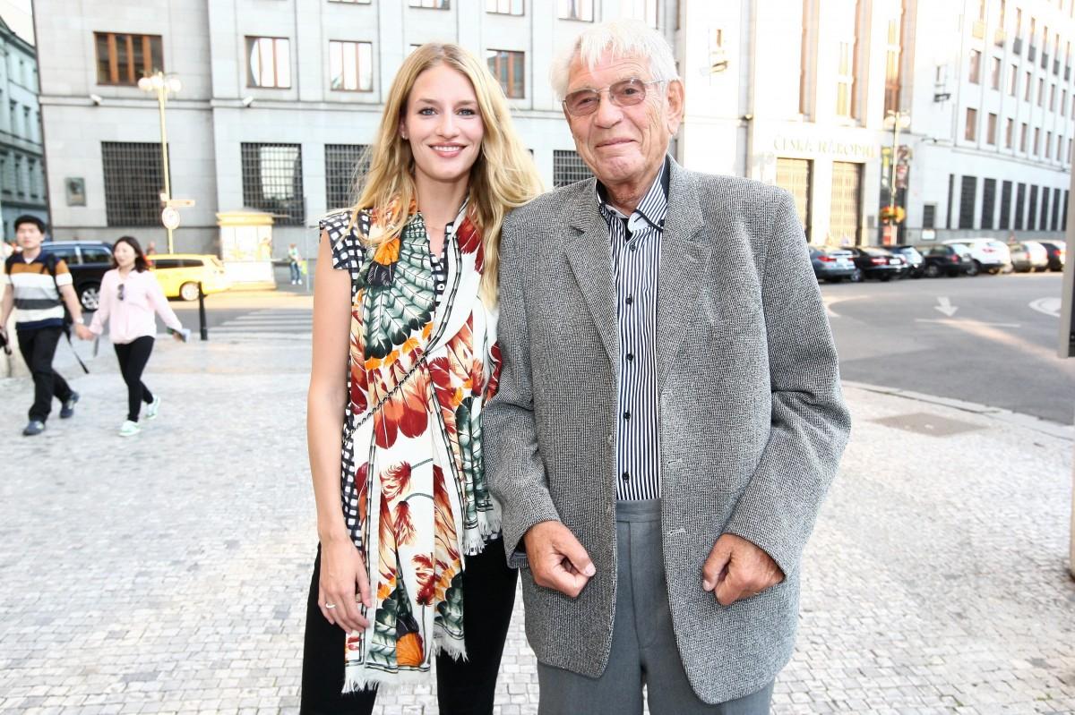 Světoznámá modelka se svým dědečkem, hudebním skladatelem Vadimem Petrovem.